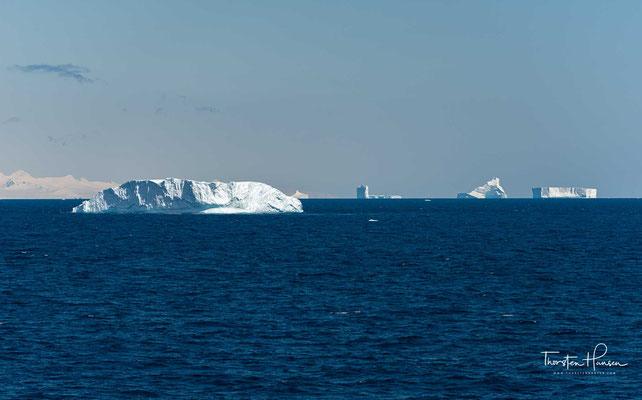 Es trennt die Gruppe der Joinville-Inseln vom nordöstlichen Ende der Antarktischen Halbinsel.