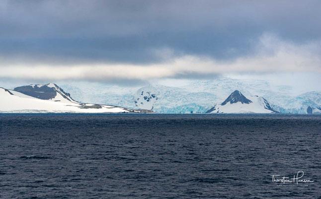 King George Island liegt rund 120 Kilometer vor der Küste des antarktischen Festlands. Die Insel ist 80 km lang, bis zu 30 km breit und erreicht im Rose Peak eine Höhe von 700 m über dem Meer.