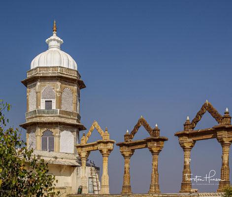 Udaipurs faszinierender Stadtpalast aus weichem gelbem Gestein steht auf einem Felsvorsprung am Nordwestufer des Pichola-Sees.