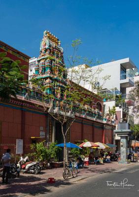 In der Truong Dinh steht der Hindu-Tempel Sri Mariamman. Die Mauern des Gebäudes werden von Händlern belagert, die dort Öl, Räucherstäbchen und Jasminblüten anbieten. Das Dach wird von einem gopuram mit aus Stein gehauenen Götterfiguren geziert