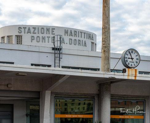 Der Hafen Genua ist flächenmäßig der größte Seehafen Italiens. Gemessen am Güterumschlag war er 2016 mit rund 50 Millionen Tonnen nach dem Hafen Triest der zweitgrößte Hafen des Landes