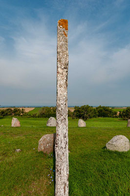 Auf einer etwa 30,0 Meter langen Schiffssetzung, die aus 23 dicht stehenden Granitsteinen besteht, finden sich etwa 20 schalenförmige Vertiefungen.