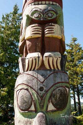 Ab 1738 erreichten russische Schiffe die Nordwestküste und begannen einen regen Handel mit Meeresotterpelzen. 1741 landete der Kapitän Vitus Bering auf Kap St. Elias (Alaska) und fand geschnitzte Innenpfosten in den Häusern.