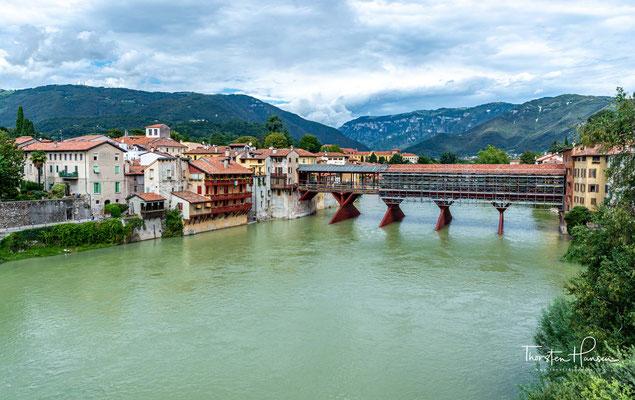Der Ponte Vecchio, auch Ponte di Bassano oder Ponte degli Alpini, über die Brenta in Bassano del Grappa ist eine Holzbrücke aus der Renaissance, die 1569 nach Plänen von Andrea Palladio gebaut wurde
