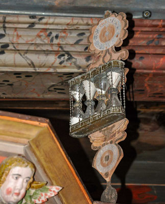 An den Decken der Emporen ist das Glaubensbekenntnis Thema, wobei auf jedem Bild ein Apostel zu sehen ist.