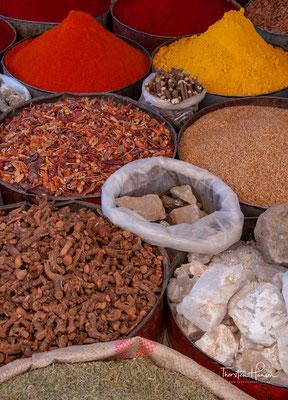 ....Schmuck, Keramik, Naturheilmittel u. v. m. Beeindruckend ist auch der weiträumige Eselparkplatz der Marktteilnehmer.