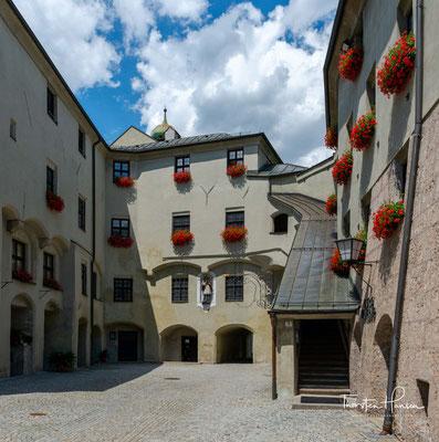 Mit Beginn des 13. Jahrhundert war die Saline der wichtigste Lebensnerv des Ortes. Die Sole wurde im Halltal gewonnen, weiter durch eine Holzleitung zum Sudhaus am Inn geleitet und dort zu Salz versotten.