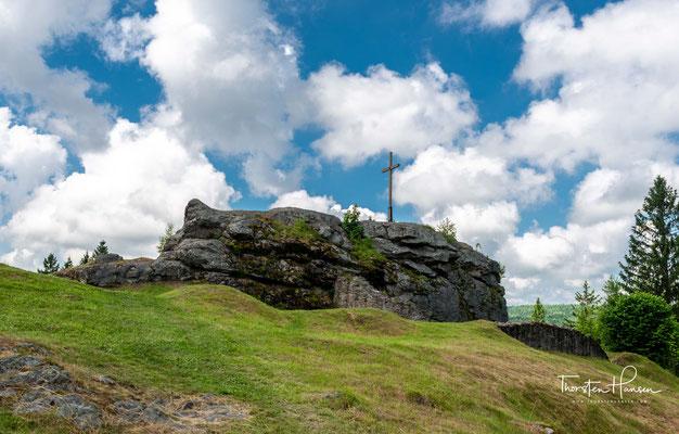 """Ein schönes  Wanderziel am """"Goldsteig"""" ist der Burgstall Wildstein. Teile der spätmittelalterliche Burganlage wurden durch archäologische Grabungen freigelegt."""