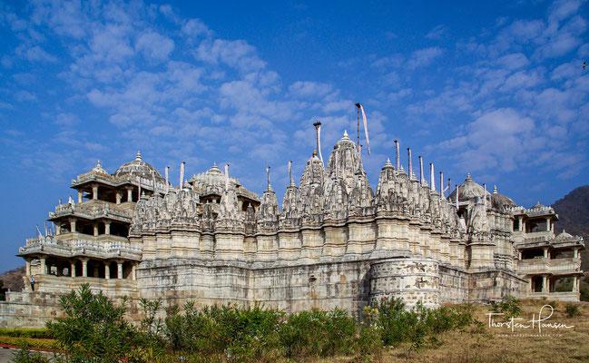 Der im Wesentlichen quadratische Grundriss (ca. 60 × 60 m) des auf einer von Menschenhand aufgeschütteten Plattform stehenden Marmor-Tempels ist für die indische Architektur äußerst ungewöhnlich