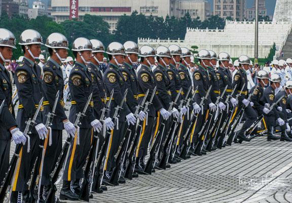 ...die Republik China ausgerufen und das chinesische Kaiserreich, das langlebigste politische System der Menschheit, beendet.