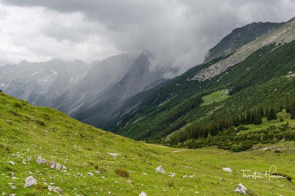 Der Hochalmsattel (1803m) ist erreicht und auf der anderen Seite des Sattels erreicht man das Karwendelhaus