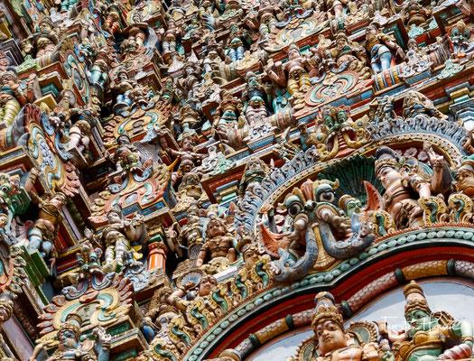 Die ältesten Teile des Minakshi-Tempels stammen aus der Pandya-Zeit im 12.–13. Jahrhunderts, seine heutige Gestalt erhielt der Tempel im Wesentlichen während der Nayak-Herrschaft im 16.–17. Jahrhundert.