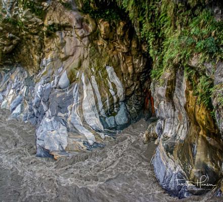 So entstand Kalkstein. Der Druck zwischen der philippinischen Erdplatte und der eurasischen Platte drückten über 100 Millionen Jahre den Kalkstein zu Marmor, der dann aufgefaltet wurde.