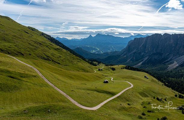 Blick in Richtung Campill und auf die Kreuzkofelgruppe und auf die 3026m hohe Zehner Spitze und 2968m hohen Neuner Spitze