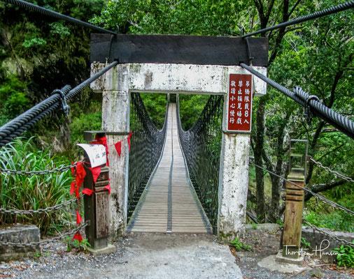 Bei Tienhsiang muss man eine über eine Schlucht gespannte Hängebrücke überqueren, um zu einem buddhistischen Tempel bzw. zu einer Aussichtspagode zu gelangen,