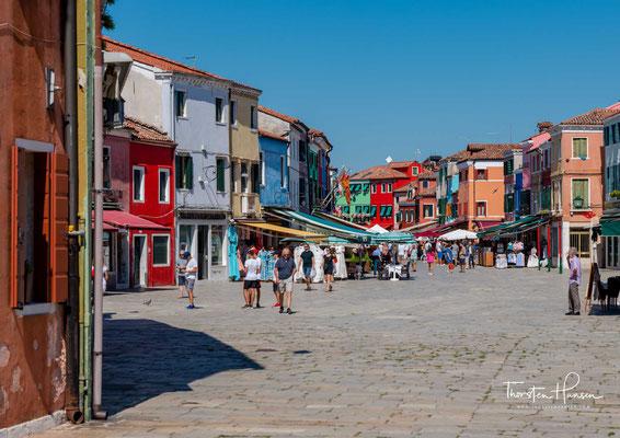 Piazza Baldassare Galuppi, der zentrale Platz von Burano