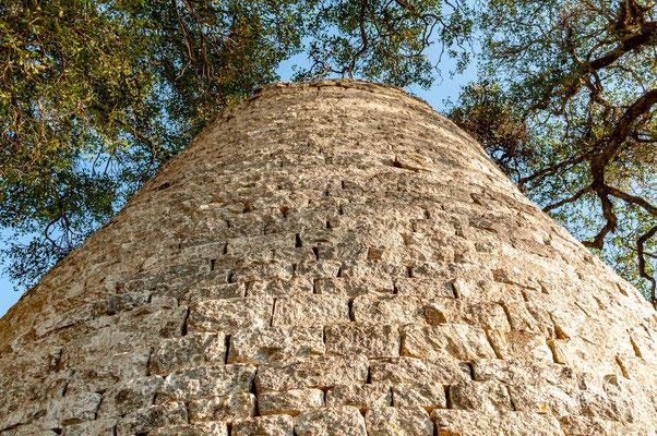 Die Ruinen liegen auf einer Höhe von 1140 m. Unmittelbar nördlich, etwa zwei Kilometer entfernt, beginnt der Landschaftspark Mutirikwi Recreational Park mit dem Lake Kyle und dem Lake Mutirikwi.
