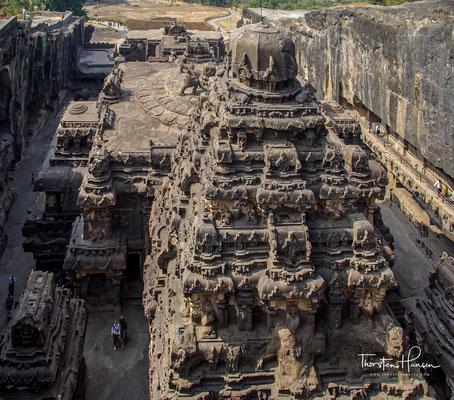 als Teil der Dekkan-Architektur aus einer über 2 km langen von Südost nach Nordwest verlaufenden basaltischen Felswand herausgeschlagen.