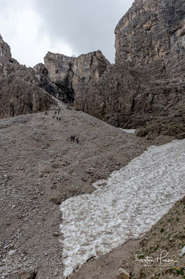 Häufig trifft man auch auf steile, ausgedehnte Altschneefelder!