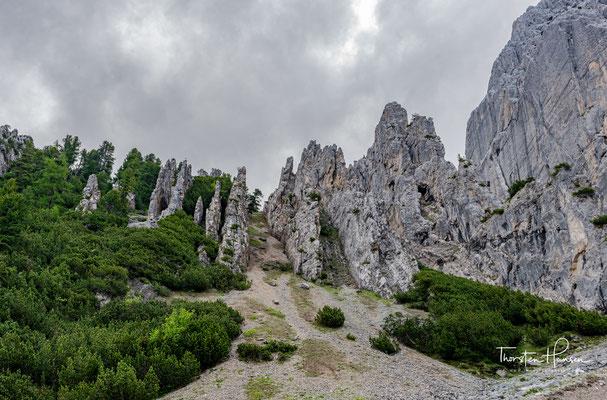 Unterwegs bieten sich sehr schön Blicke zurück ins Tal oder auf die einen umgebenen Felswände