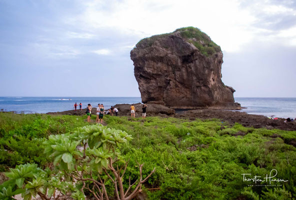 """Chuanfan Shi, der """"Segelfelsen"""", ein 26,4 m hoher Felsen im Meer, dessen Form an ein Schiffssegel erinnert."""
