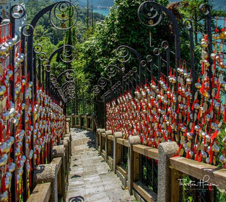 """In den frühen Tagen wurden diese Schritte die """"Treppe zum Himmel"""" genannt.  Die Fertigstellung der Straße erleichterte es den Reisenden erheblich, den Tempel zu erreichen, und die Stufen unter dem Tempel wurden nach und nach vergessen."""