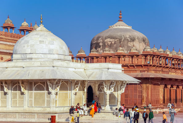 Akbar heiratete als erster Mogul-Herrscher eine hinduistische Rajputen-Prinzessin aus Amber (Mariam uz-Zamani) und schaffte die allen Nicht-Muslimen auferlegten Sondersteuern ab.