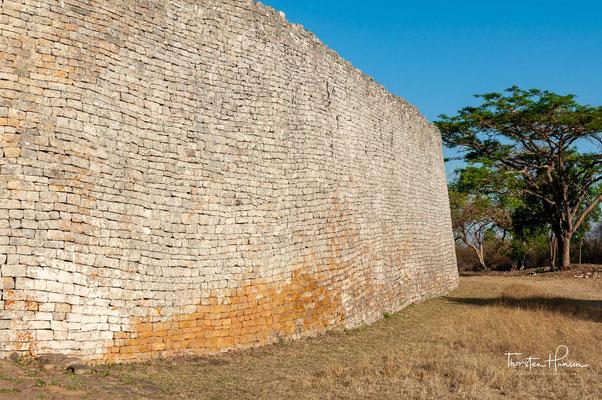 Der Name Simbabwe bedeutet je nach Dialekt 'Große Steinhäuser' oder 'geehrte Häuser'. Die Ansiedlung auf dem gleichnamigen Plateau war die Hauptstadt des untergegangenen Munhumutapa-Reiches