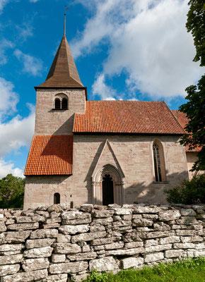 Die Kirche von Bro war eine Votivkirche, besonders für Seeleute, und soll über einer alten Opferquelle erbaut worden sein. In dem heutigen Bau vermengen sich romanische und gotische Elemente.
