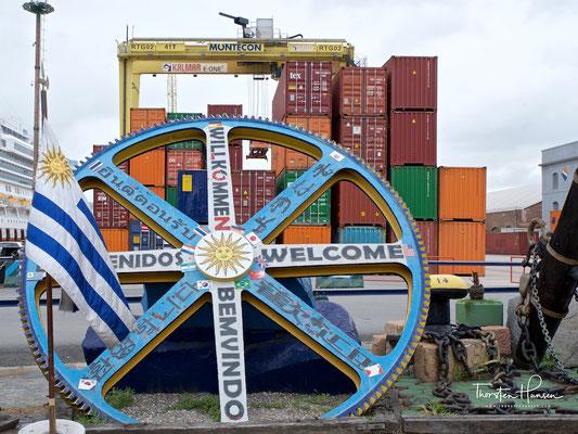 """Den Namen erhielt Montevideo den meisten Theorien nach von dem gegenüber dem Hafen gelegenen, 132 m hohen Stadthügel (span. monte """"Berg""""), dem Cerro de Montevideo"""