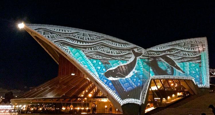 """Lichtershow Badu Gili - """"Wasserlicht"""" am Sydney Opernhaus"""