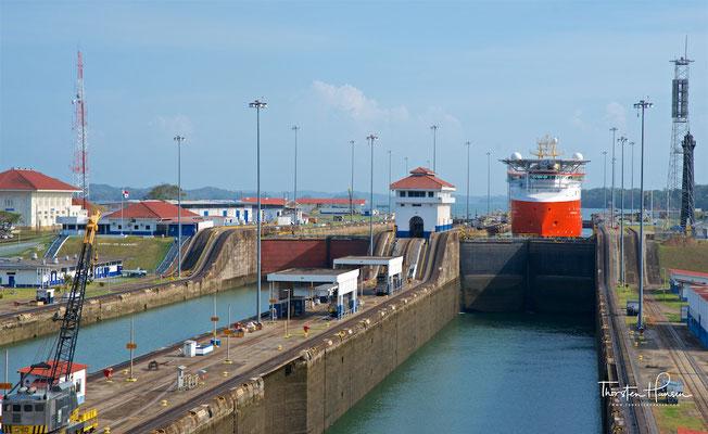....die die Schiffe mit drei direkt aufeinanderfolgenden Schleusenkammern zu dem 25,9 Meter (85 Fuß) über dem Meeresspiegel liegenden Gatúnsee heben.