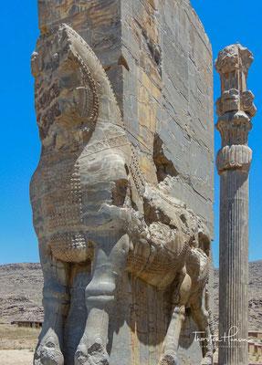 """apotropäische Mischwesen, so genannte Lamassu, Stierkörper mit Flügeln und Menschenköpfen – eine assyrische """"Erfindung"""" – flankieren die Türlaibungen."""