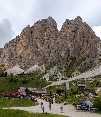 Durch eine märchenhafte Landschaft wandere ich zum Grödner Joch hinunter und zur sehr angesagten Jimmy Hütte (2.220 m ü.d.M.). Höchster Gipfel der Gruppe ist der Piz Boè mit 3152 m s.l.m.