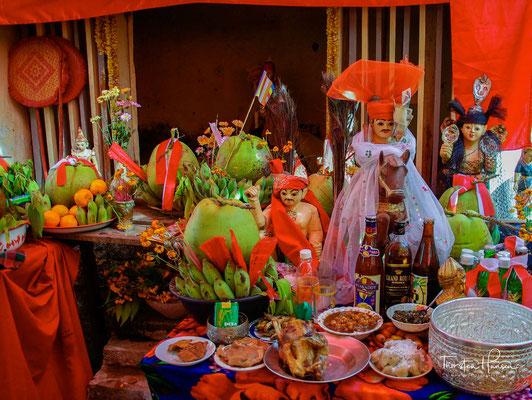 Nats treten während der nat pwè, das sind spezielle Feste zur Verehrung von Nats, in Erscheinung: sie werden durch Nat-gadaw, weibliche Medien (häufig aber auch Transvestiten) in Trance und Tanz verkörpert.