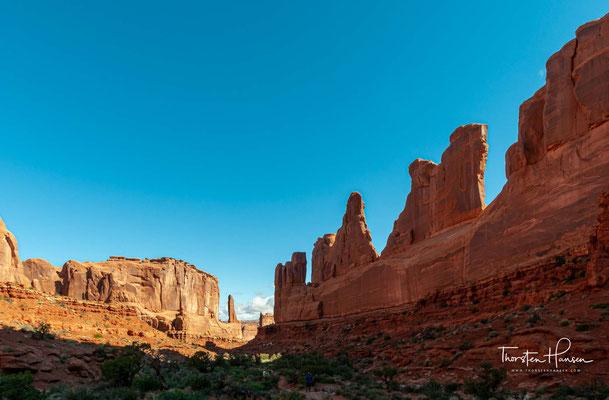 Der Arches-Nationalpark liegt im Norden des Colorado-Plateaus am Colorado River und nördlich der Stadt Moab. Er bewahrt die weltweit größte Konzentration an natürlichen Steinbögen, die durch Erosion und Verwitterung ständig neu entstehen