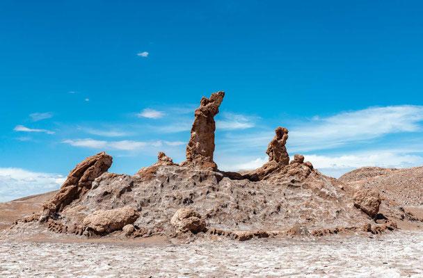 """Einige Stellen im Valle de la Luna weisen Salz auf. Zu den bekannteren Sehenswürdigkeiten im Tal zählt die Salzformation Las Tres Marías (spanisch """"Die drei Marien"""")."""