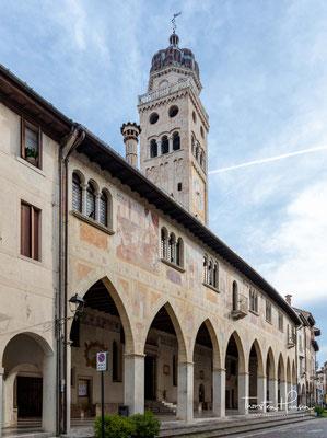 Die Scuola dei Battuti, dahinter der Turm des Domes. Die Scuola dei Battuti ist zwischen die Palazzi der Contrada eingefügt.