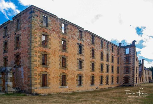 ...und keinesfalls in gewünschter Weise von ihrem Weg abbringe. Dies führte in Port Arthur zum Bau des Modell Prison, in welchem ein System der stillen Strafe praktiziert wurde.