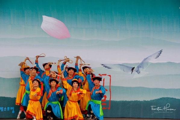 Als Tanz oder als Theateraufführung haben sich über die Jahrhunderte in den verschiedenen Provinzen und Regionen Koreas