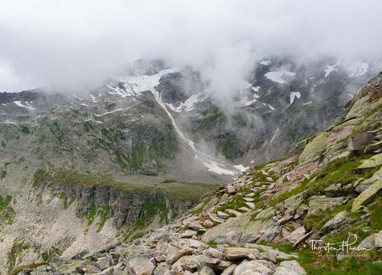 Richtung Pfitscher Joch warten an der westlichen Grenze des Naturparks mit Olperer (3.476 m), Fußstein (3.381 m) und Schrammacher (3.410 m) weitere begehrte Tourenziele der Tuxer Alpen auf Bergsteiger und Skitourengeher