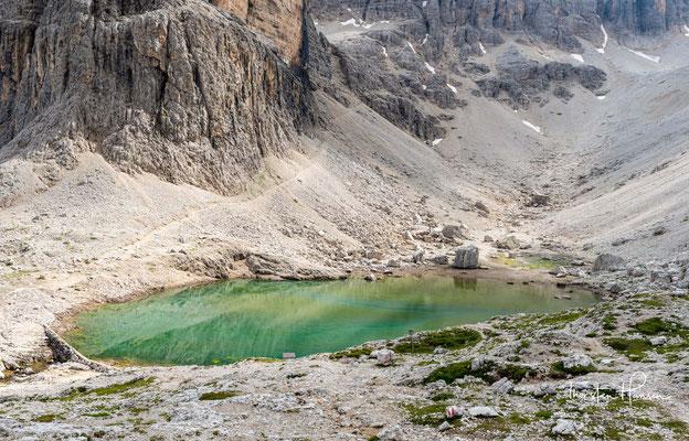 Der See neben der Hütte ist der Wasserspeicher für die beiden Wasserfälle, in deren unmittelbare Nähe man bei Begehung des Pisciadù-Klettersteigs kommt.