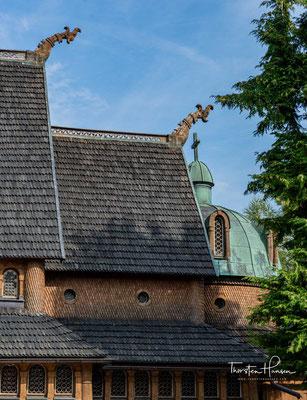 Die Dachkonstruktion der Kirche ist heute vierstufig und pagodenartig. An den Firsten seht Ihr Köpfe von Drachen sowie Kreuze.