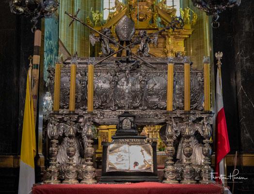 Erst im 17. Jh. wurde das heute im Waweldom zu sehende silberne Grabmal des Heiligen Bischofs errichtet.
