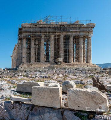 Er wurde zum Dank für die Rettung der Athener und Griechen durch die Göttin nach dem letzten Perserkrieg als dorischer Peripteros erbaut.