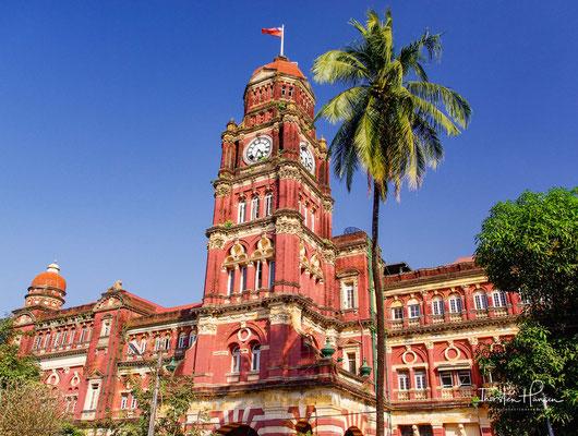 Ehemaliger kolonialer aus rotem Backstein erbaute High Court mit dem Uhrturm, Yangon, Myanmar.
