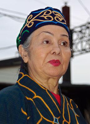 Ainu Frau im Akanko Ainu Kotan