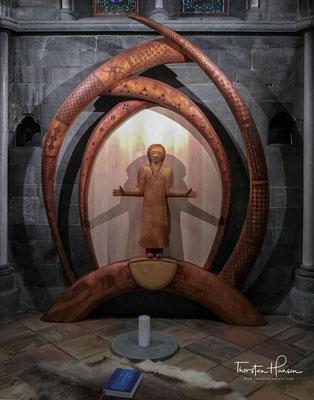 Der Altar wurde vom Künstler Folke Fjällström  [ sv ] entworfen und besteht aus geölter Birke und ist mit samischen Ornamenten geschmückt.