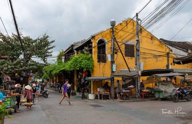 Sie liegt am Südchinesischen Meer in der Provinz Quảng Nam an der Mündung des Sông Thu Bồn, etwa 30 km südlich von Đà Nẵng.