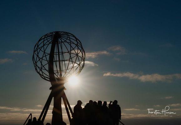 Der Globus versinnbildlicht den globalen Treffpunkt auf dem Nordkap, an dem sich Menschen aus der ganzen Welt begegnen